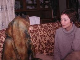 Hege Storhaug i samtale med norskpakistansk ung kvinne som ble holdt tilbake i Pakistan for å bli gravid med den tvangspåførte fetteren.