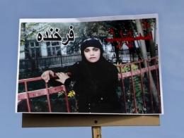 Bilde av den drepte Farkhunda (27) ble båret som plakat under begravelsen (faksimile fra BBC, foto: Reuters)