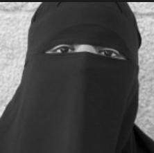 Dette skal være Aisha Shezadi Kausar, ifølge Foreningen !Les, som sendte henne på skoleturne for å normalisere plagget.