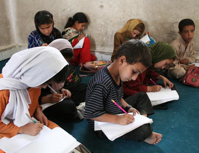 Afghanske barn i skole (faksimile fra NATO)