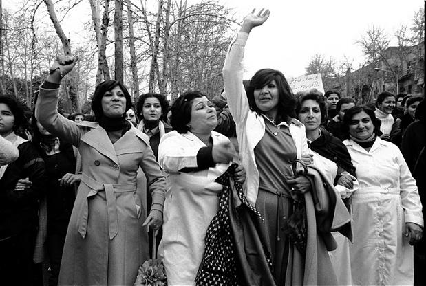 Hengameh Golestans fotografi av iranske kvinners opprør mot hijabloven i 1979.