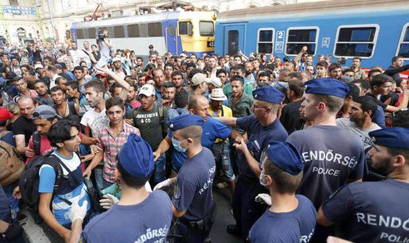 Migranter på Keleti stasjon i Ungarn.