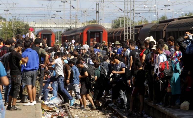 Migranter går ombord i tog og busser i Makedonia.
