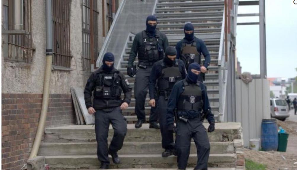Her går 400 politibetjenter til aksjon i Tyskland i forrige måned, der det blant annet ble funnet 10 000 falske syriske pass.