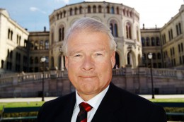 Carl I Hagen raser mot rektor: – Selvsagt skal man håndhilse!
