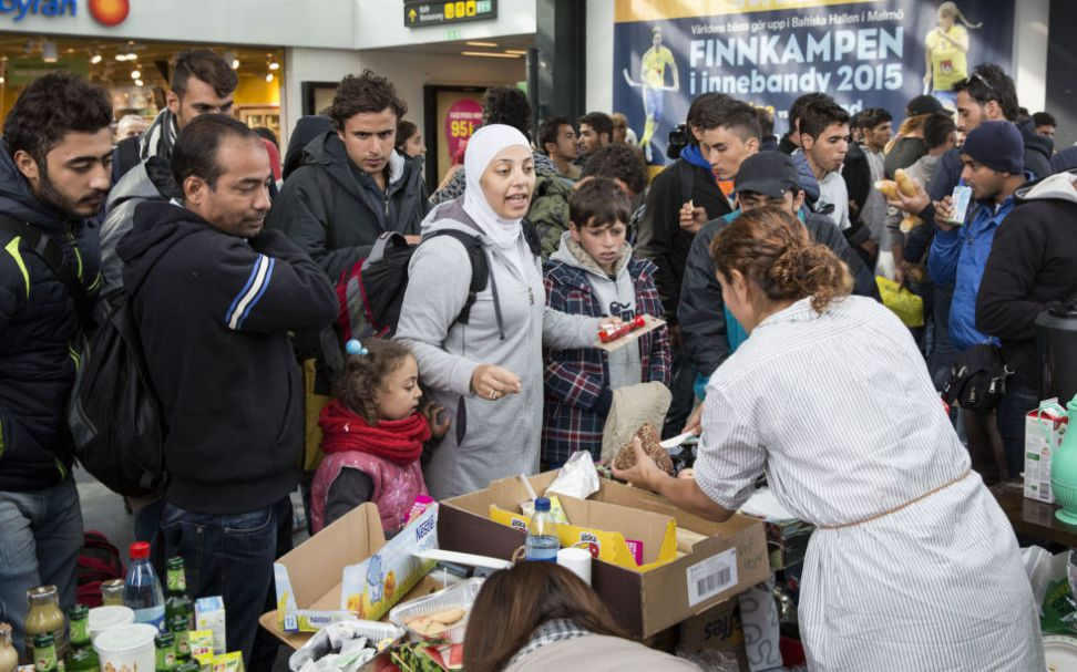 Malmö jernbanestasjon. Nyankomne asylsøkere får mat og drikke.