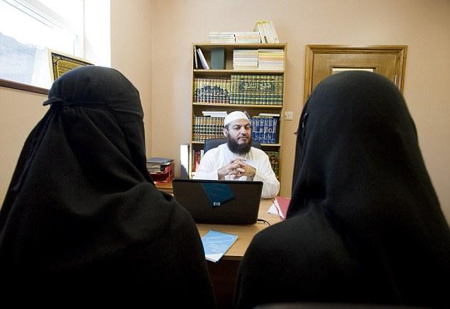 To kvinner søker om skilsmisse hos shariadommer Haitham Al Haddad.