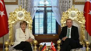 Erdogan er fornærmet etter å ha blitt utsatt for satire i Tyskland. Nå sier Merkel ja til å straffeforfølge satirikeren.