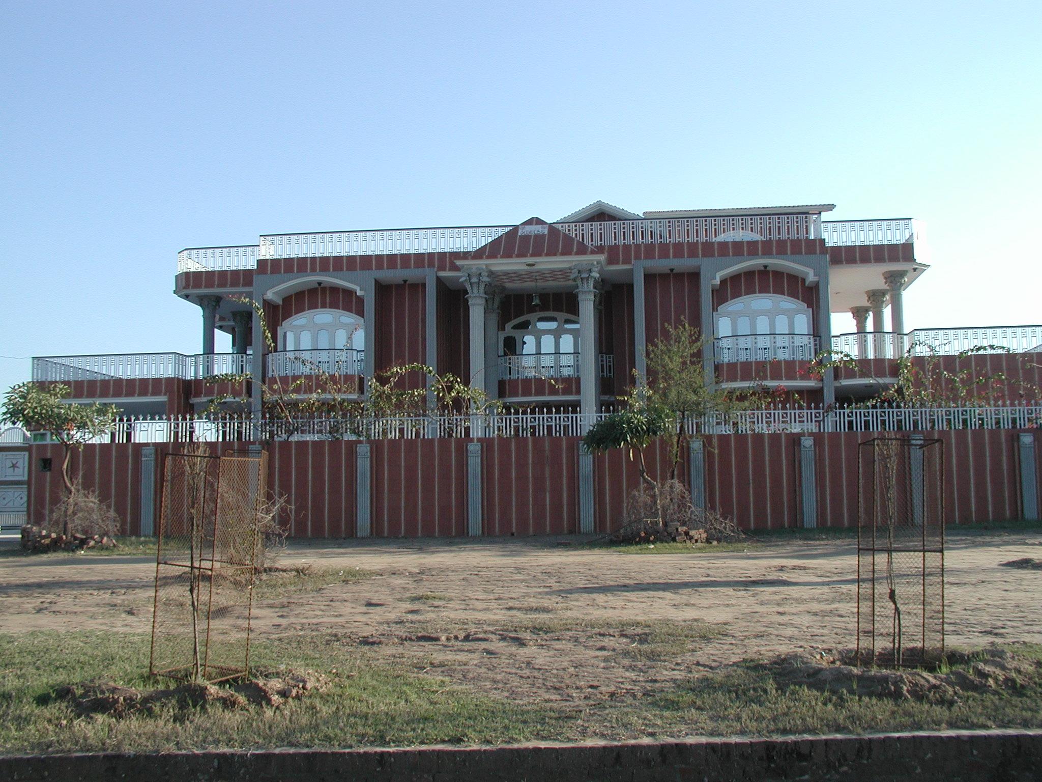 Ett av bolighusene i Pakistan, Gujaratprovinsen, som jeg tok under en reise dit i 2004. Eieren bor for øvrig i Drammen.