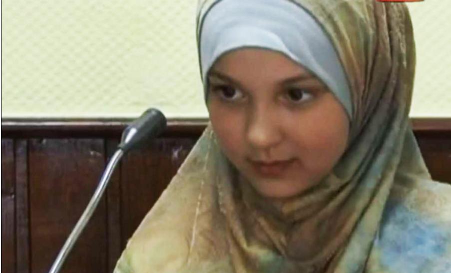 Safia på videoopptak, der hun ble brukt for å promotere hijab og salafisme allerede syv år gammel. I Tyskland.
