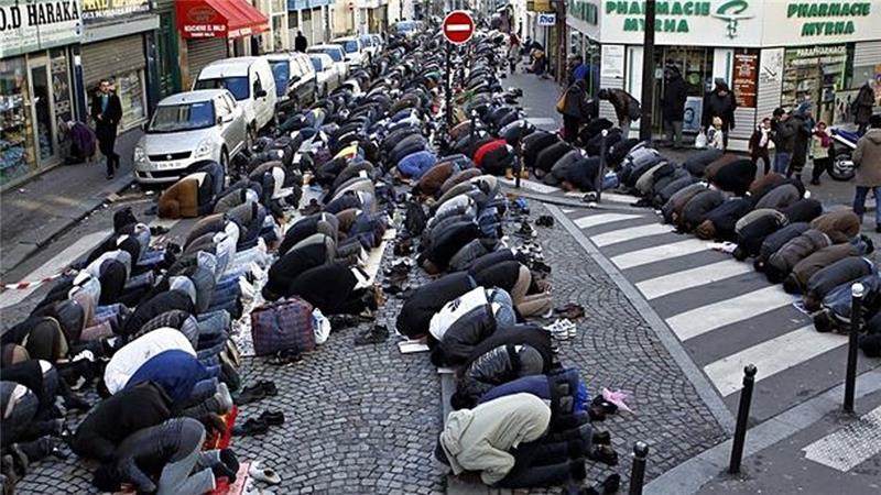 Mangelen på moskeer har i noen tilfeller ført til bønn på åpen gate i Frankrike. Foto: Al Jazeera.