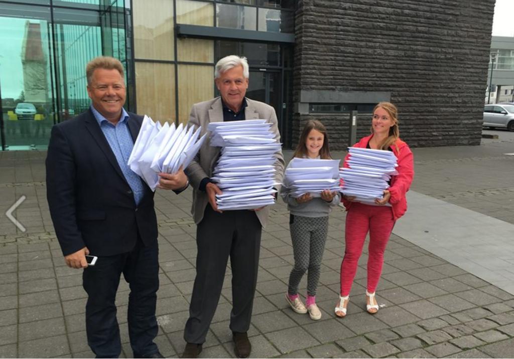 """""""Motstandsgruppen"""" ved Magnus Thor Hafsteinsson, Jon Magnusson og Margrét Fridriksdottir leverer bøker til alle i Altinget, en gave fra en privatperson."""
