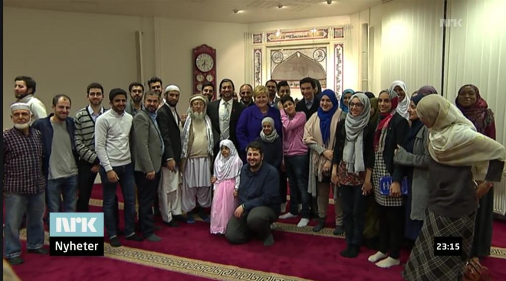Skjermdump NRK. Her ser vi dem alle: Statsministeren, lederen av Islamsk Råd, imamen i Islamic Cultural Center som støtter Taliban, foran Belkilani fra Brorskapsmoskeen til Det islamske forbundet, og så bortetter. Hvilket ideologisk skjønne skue.