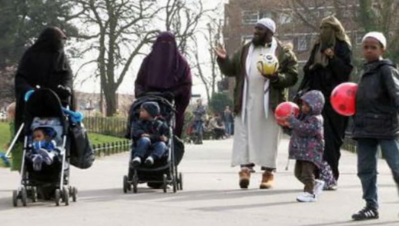 Den britiske moskearbeideren Hasan Philips på tur med sine tre lystige koner.