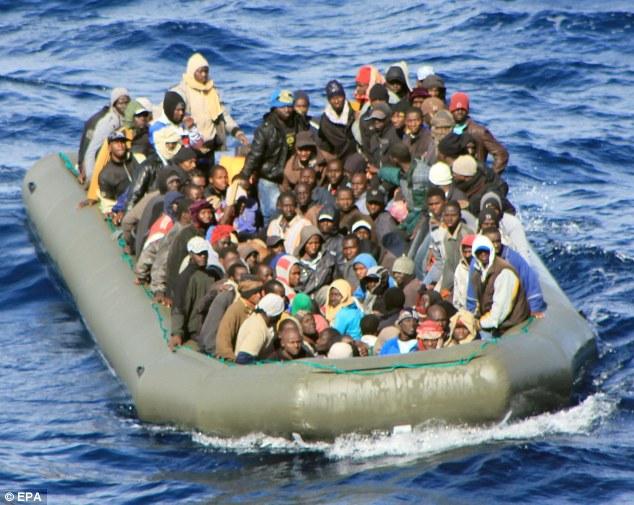 Immigranter på vei til Lampedusa i fjor.