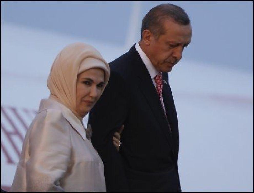 Edrogans islamisering av Tyrkia, her med kona i hijab, gjør Tyrkia uegnet som medlem av det kvinnefrie Europa.