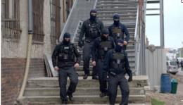 Opp til 80 menn i gatekamp med ulike våpen