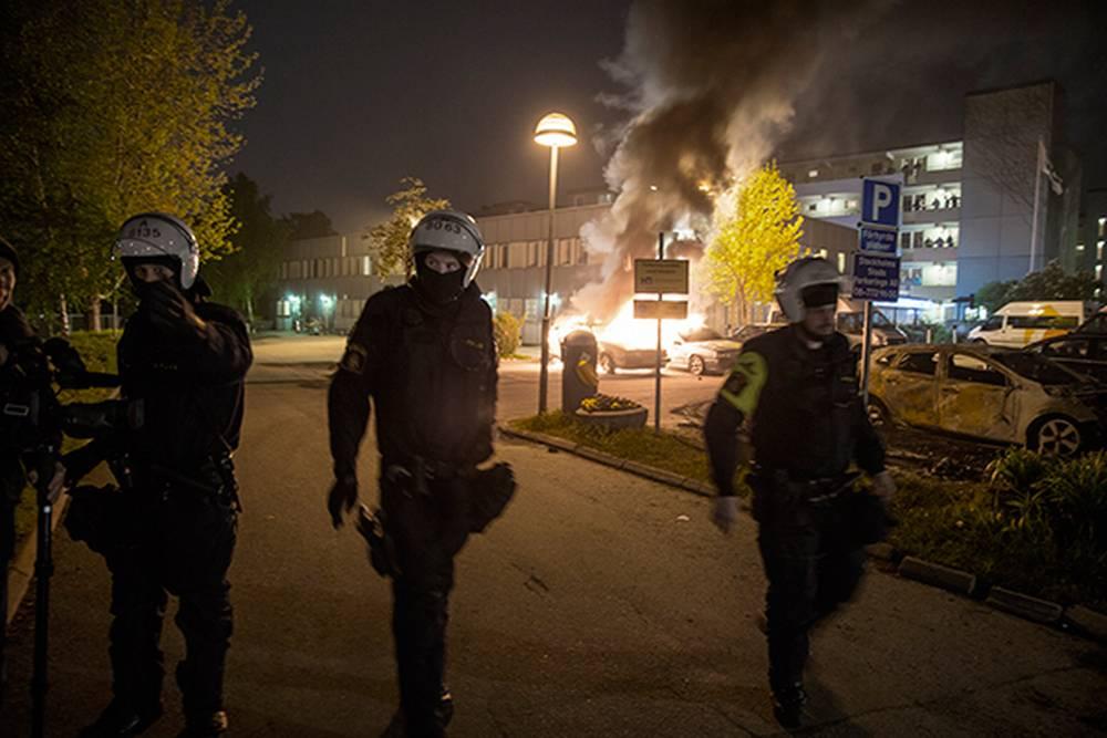 Det brenner under hele den svenske samfunnsmodellen.