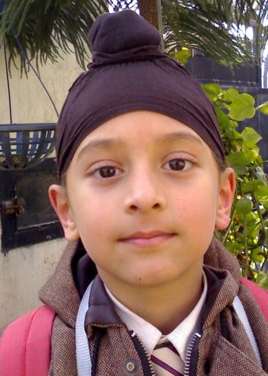 En ung gutt iført patka.