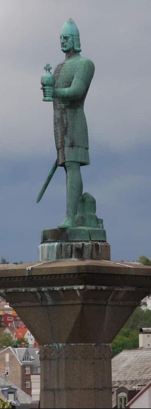 Olav Tryggvason-statuen på torget i Trondheim (fra Visitnorway)