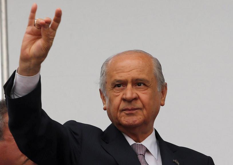 Lederen av nasjonalistpartet, Devlet Bahceli, viser ulvetegnet, det vil si fingrene formes til et ulvehode.