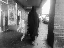 Norsk kvinne velger islam og nikab, og hijab for hennes lille datter