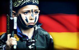 Barn i militæruniform med våpen – i moské i Tyskland