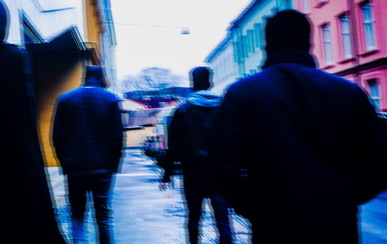 Uskylden brister i våre mindre byer også: vold, narko og ære tar over