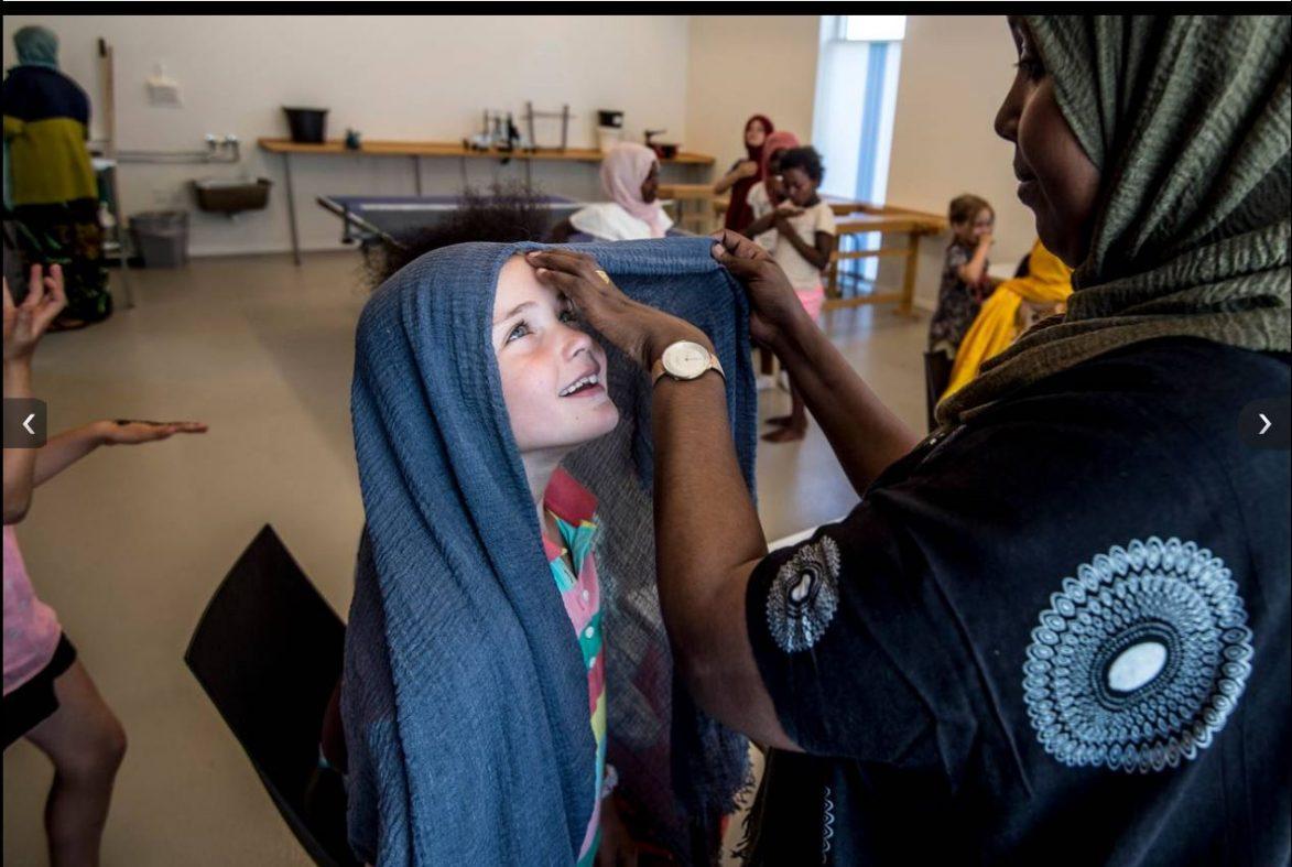 Trener barn til å bruke hijab for å bryte ned fordommer (!)