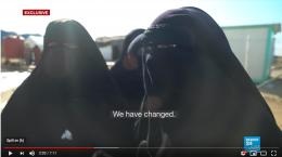 IS-kvinner brenner ned «vantros» telt i flyktningleir. Bedyrer at de har forlatt IS-ideologi