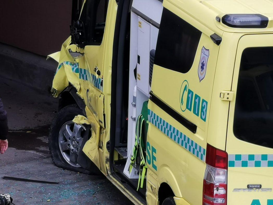 Bevæpnet mann stjal ambulanse i Oslo og kjørte ned flere. Gjerningsmannen er pågrepet.