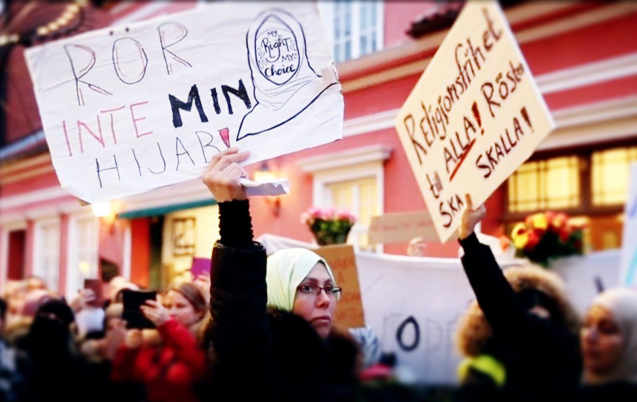 Ikke-muslimske lærere ikler seg hijab i protest mot hijabforbud