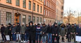 Islamister demonstrerer mot Macron i Stockholm. Vil stoppe islamkritikk