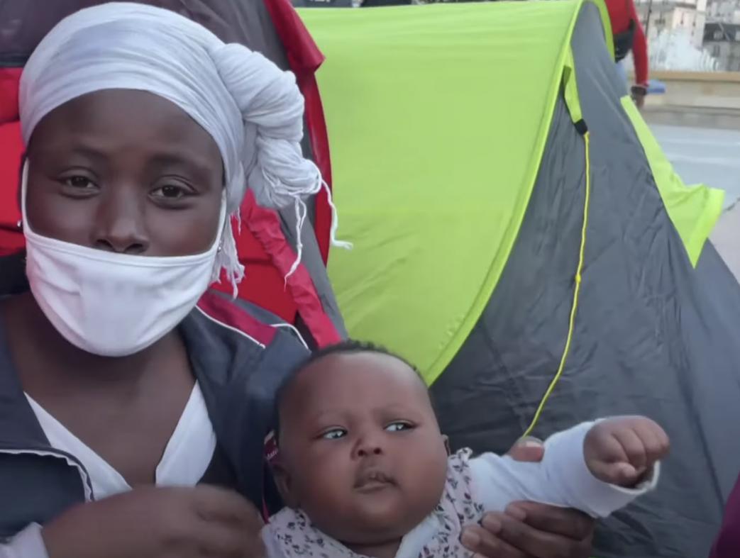 Migranter setter opp hundrevis av telt foran rådhuset i Paris